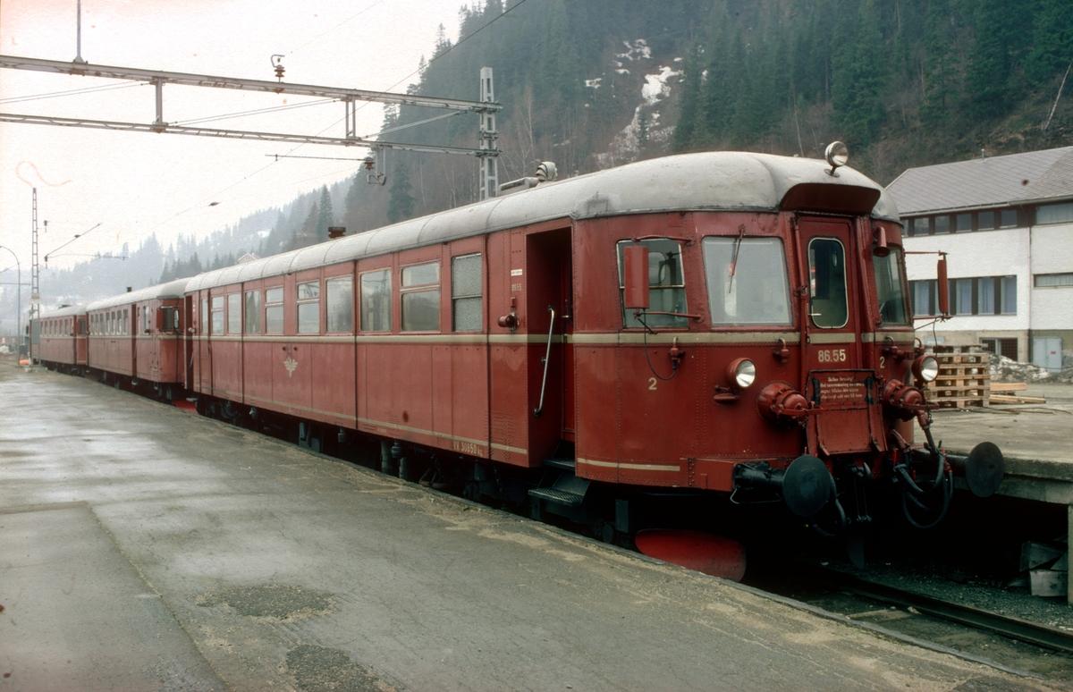 Støren stasjon. Lokaltogsmateriell hensatt (parkert). Dieselmotorvogner type 86 for lokaltog mellom Støren og Trondheim.