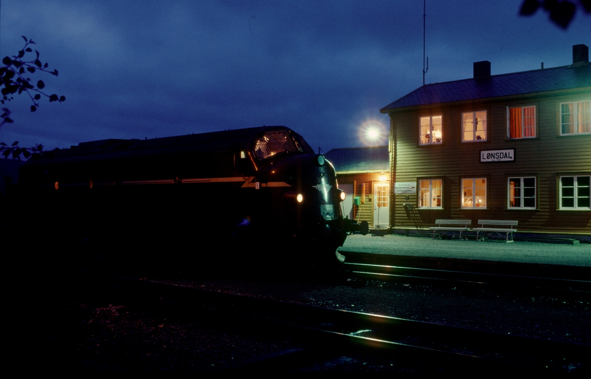 Godstog 5794 Bodø - Trondheim tar en kaffepause i Lønsdal stasjon.