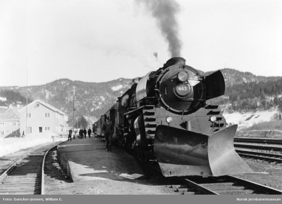 Damplokomotiv type 49a nr. 463 foran sørgående dagtog 402 på Støren stasjon