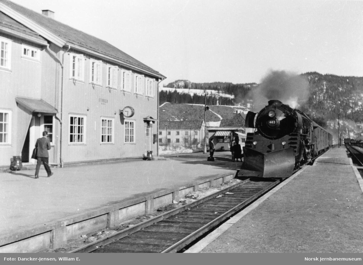 Sørgående dagtog 402 ankommer Støren stasjon trukket av damplokomotiv type 49a nr. 463