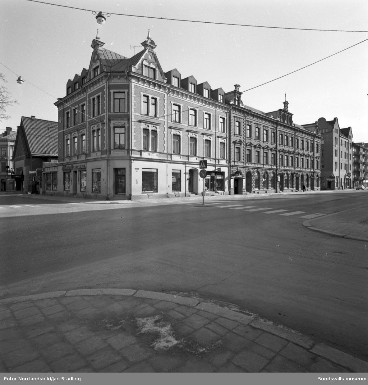 Exteriörbilder av fastigheten vid Esplanaden-Köpmangatan, kvarteret Mars med bland annat sportaffär, Bernina och Borgs damsalong.