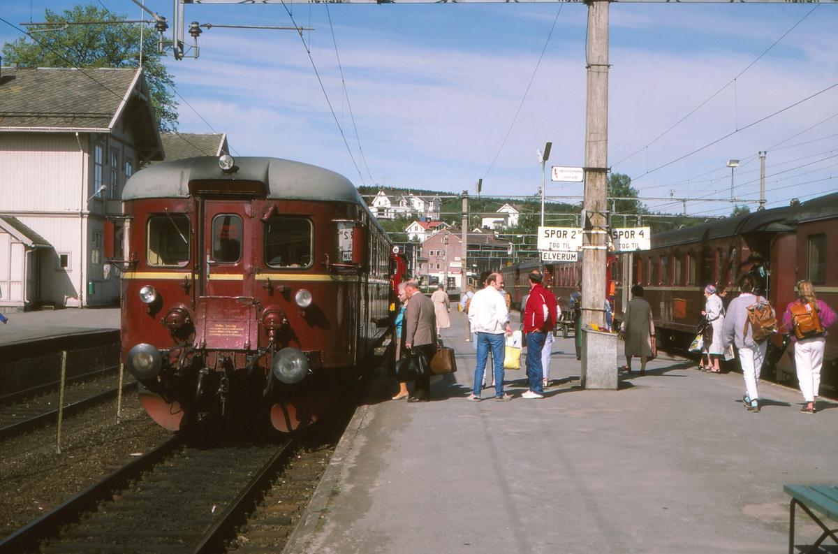 Persontog til Elverum og Hamar på Kongsvinger stasjon. Reisende bytter tog.