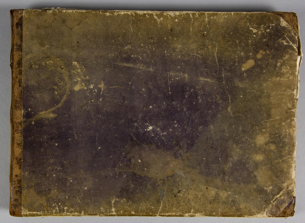 Koralbok. Halvfranskt band med pärmarna klädda med vaxat papper. Papperet är sprucket, fläcket och blekt, men har en gång varit lila. Titelblad med text: Svensk Choralbok Af Kongl. Psalm- Kommitén gillad och antagen År 1819 Utarbetad af IOH. CHRIST. FRED. HAEFFNER. Stockholm Stentryck af C. Müller år 1820 På A Wiborgs förlag. På nästa sida en anvisning. Därefter 128 paginerade sidor med koralackord, numrerade från 1 till 500. Sista sidan innehåller rättelser. På pärmens främre insida skrivet med bläck: Inköptes 1822 åt Seglora kyrka. Kostade: Exemplar 6 Rd 6 S. RGs: inbindning 1 - 24 - - (understreckat) 7 Rd 30 S. RGS.