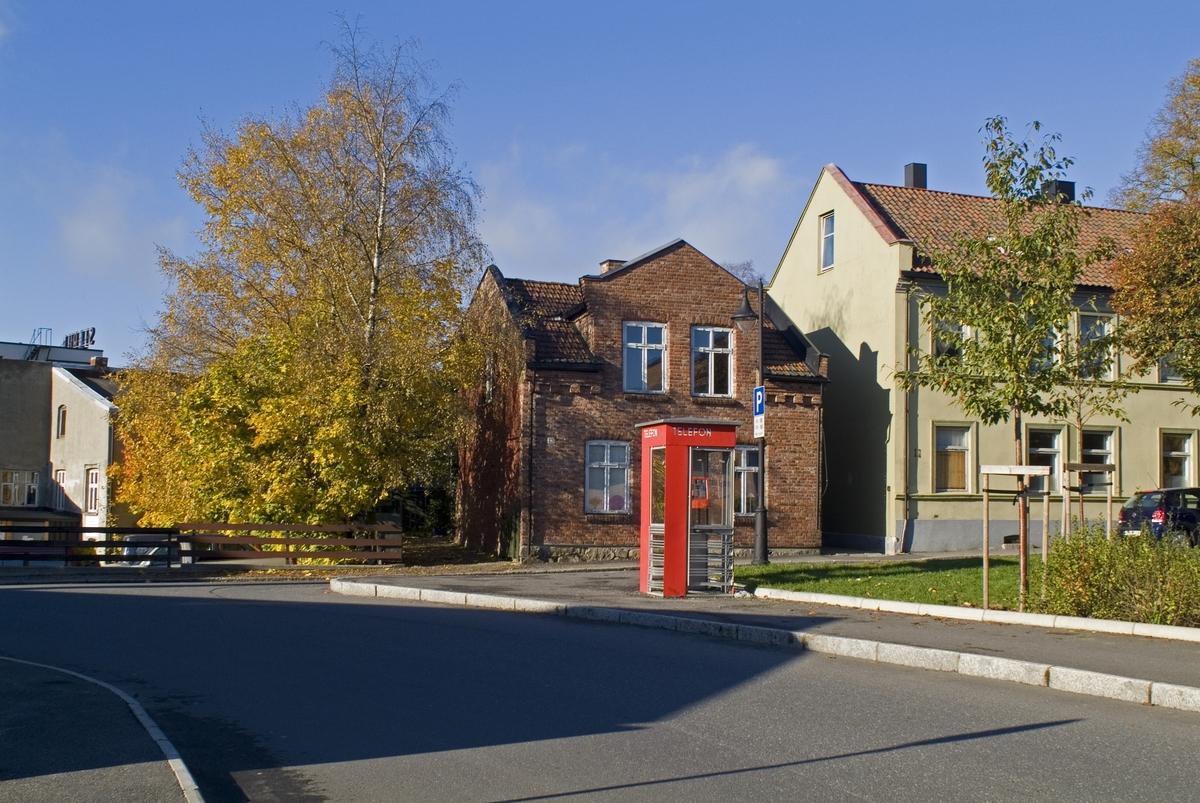 Denne telefonkiosken står i Wulfsbergsgate 20 i Moss, og er en av de 100 vernede telefonkioskene i Norge. De røde telefonkioskene ble laget av hovedverkstedet til Telenor (Telegrafverket, Televerket). Målene er så å si uforandret.  Vi har dessverre ikke hatt kapasitet til å gjøre grundige mål av hver enkelt kiosk som er vernet.  Blant annet er vekten og høyden på døra endret fra tegningene til hovedverkstedet fra 1933. Målene fra 1933 var: Høyde 2500 mm + sokkel på ca 70 mm Grunnflate 1000x1000 mm. Vekt 850 kg. Mange av oss har minner knyttet til den lille røde bygningen. Historien om telefonkiosken er på mange måter historien om oss.  Derfor ble 100 av de røde telefonkioskene rundt om i landet vernet i 1997. Dette er en av dem.