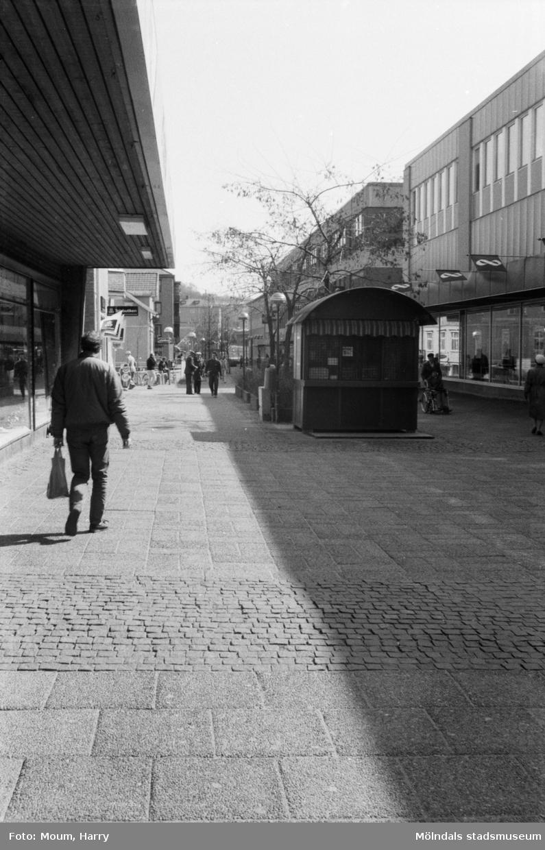 Vy från Brogatan i Mölndals centrum, år 1985. Fotografi taget av Harry Moum, HUM, Mölndals-Posten.