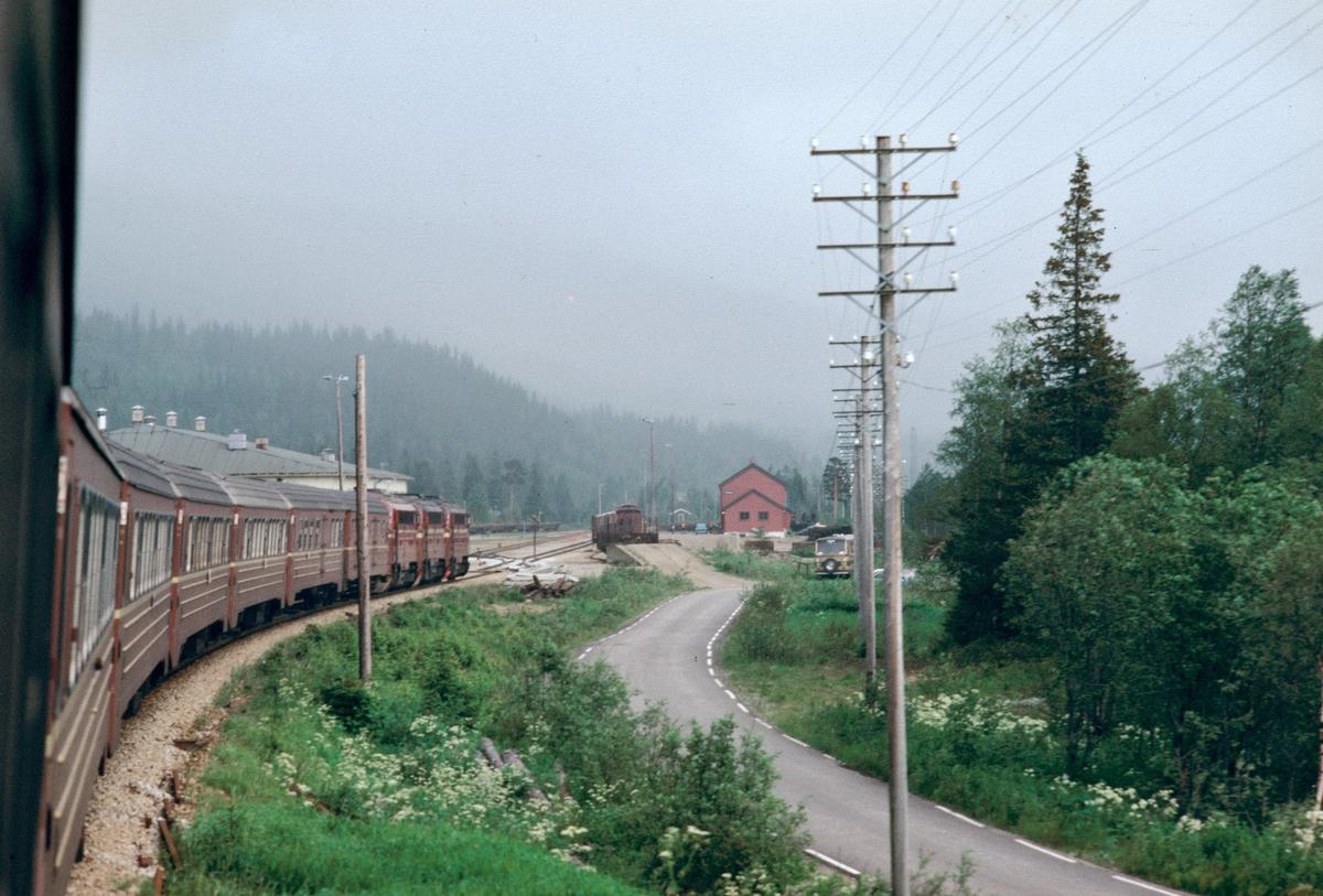 NSB daghurtigtog 452 (Bodø - Trondheim) kjører inn på Dunderland stasjon.