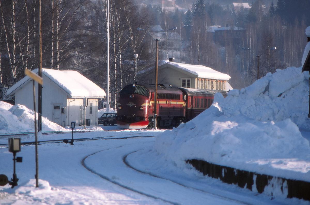 Dokka stasjon med persontog 281 (Oslo S - Fagernes).