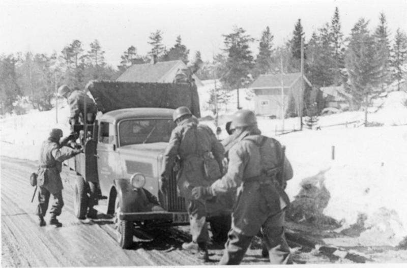 Tyske fallskjermjegere på vei til Hamar 9. april.