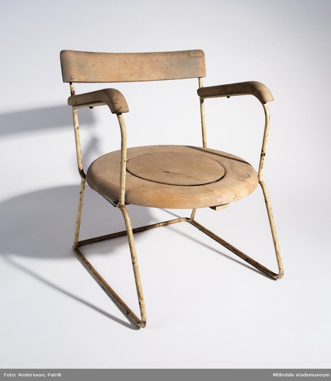 Pottstol i trä. Förvärvat tillsammans med gul plastpotta 05079.