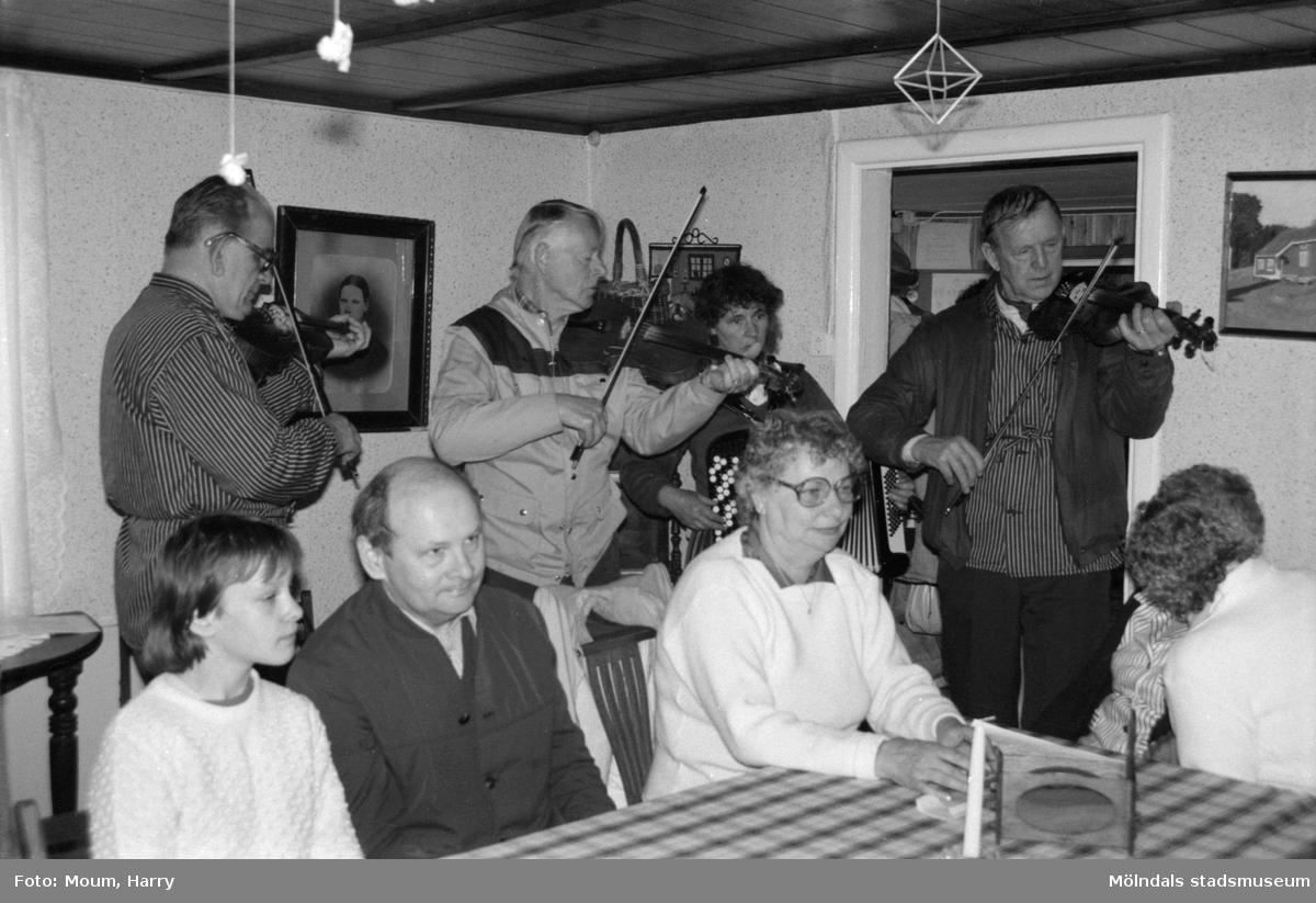 """Gökotta på hembygdsgården i Långåker, Kållered, år 1985. """"Långåker var samlingspunkten för gökottan och där kunde man lyssna på musik.""""  För mer information om bilden se under tilläggsinformation."""