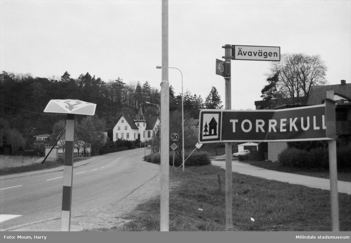 Vandaliserade vägskyltar vid Labackavägen i Kållered, år 1985.  För mer information om bilden se under tilläggsinformation.