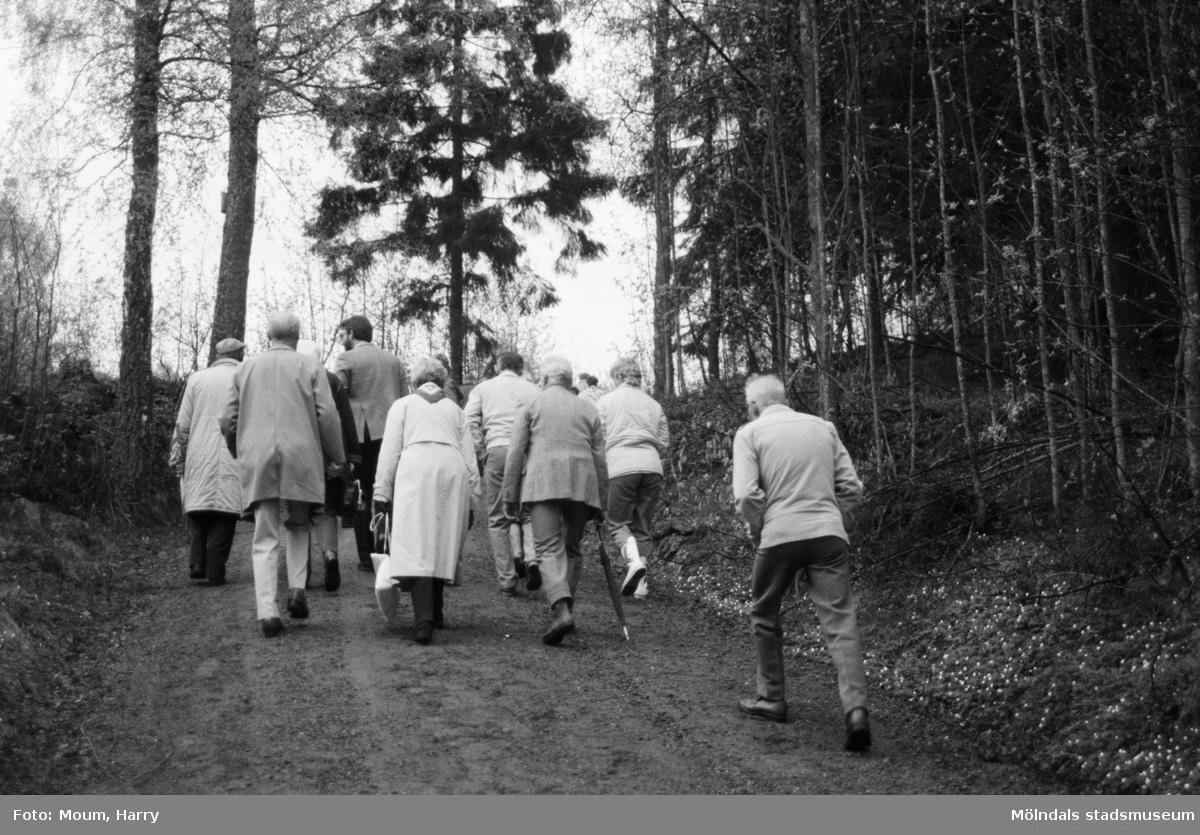 Gökotta vid hembygdsgården Börjesgården i Hällesåker, Lindome, år 1985.  För mer information om bilden se under tilläggsinformation.
