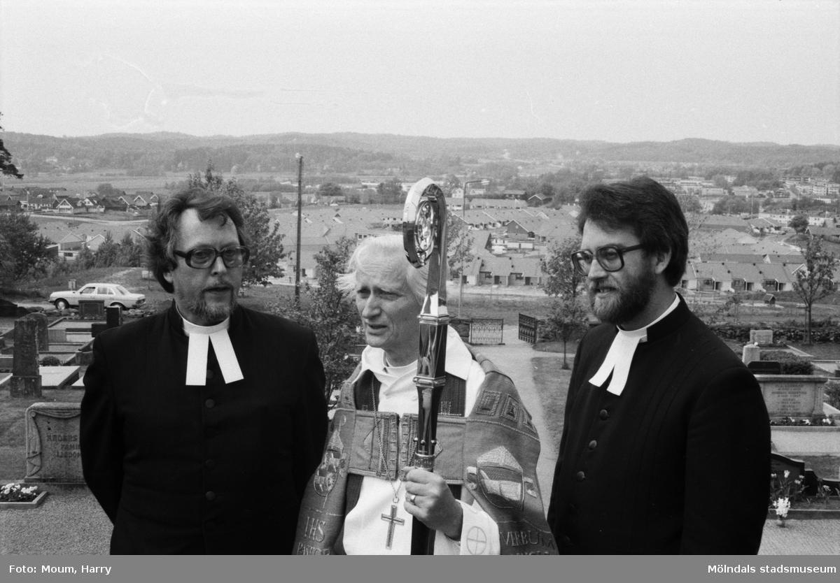 """Lindome kyrka firar 100-årsjubileum, år 1985. """"Från kyrktrappan blickar man ut över delar av Lindomebygden. Mats Oreklev, biskop Gärtner och Leif Adolfsson.""""  För mer information om bilden se under tilläggsinformation."""