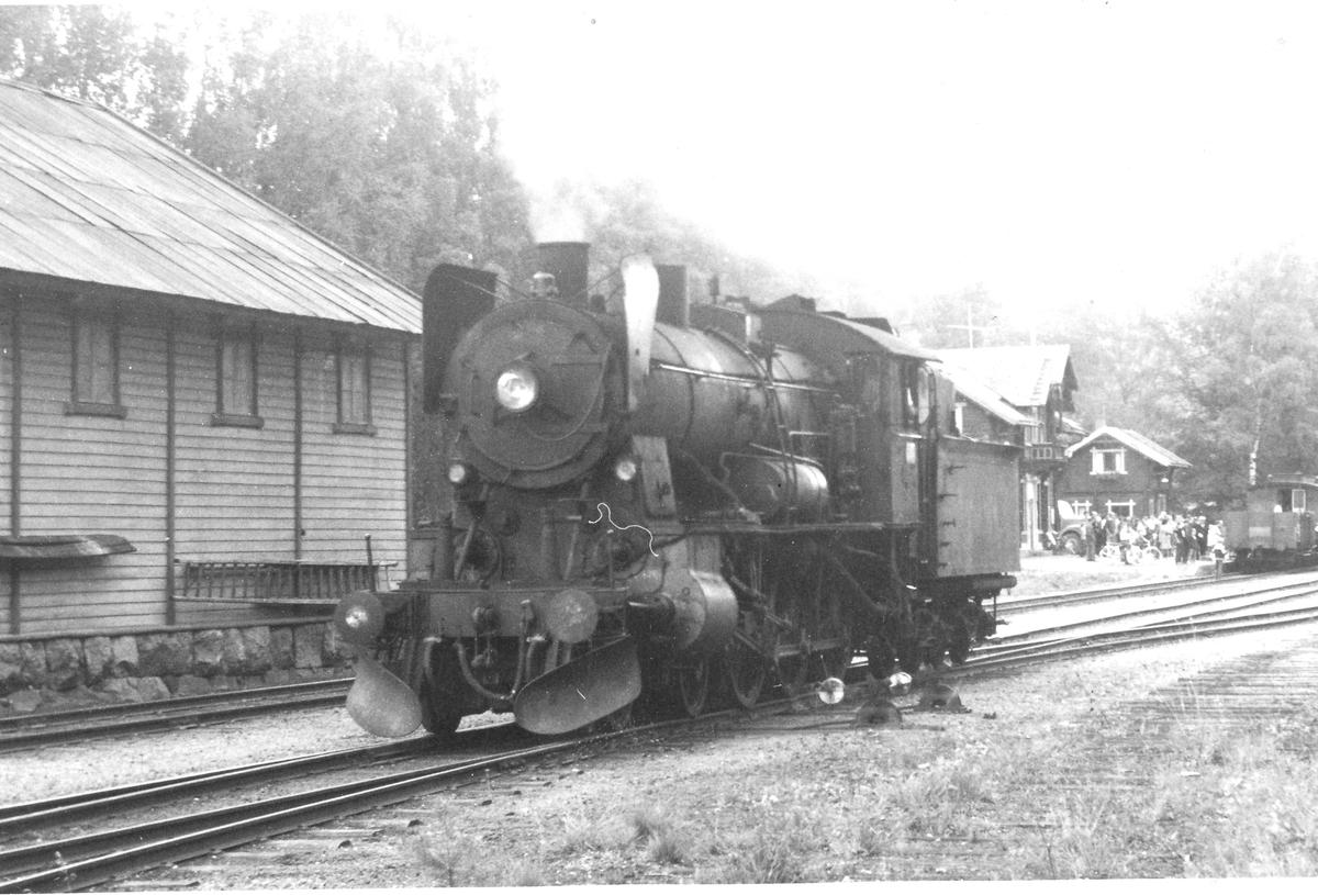 Skifting på Skreia stasjon med damplok 30b nr. 347. A/L Hølandsbanens veterantog i bakgrunnen.