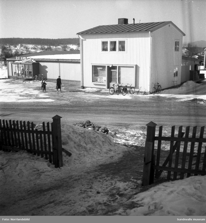 Konsum vid Travbanevägen i Bergsåker. Exteriörbilder och interiörbild från husgerådsavdelningen.