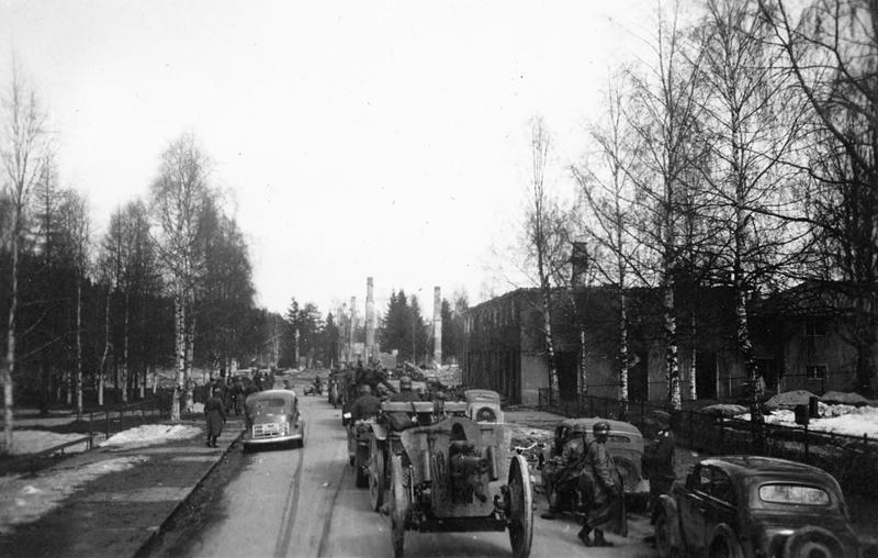Tysk artilleri rykker inn Rena sentrum. Foto, Øyvind Leonsens billedsamling.