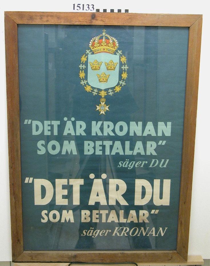 """Blå affisch med lilla riksvapnet med underställd text: """"Det är kronan som betalar säger du. Det är du som betalar säger kronan""""."""
