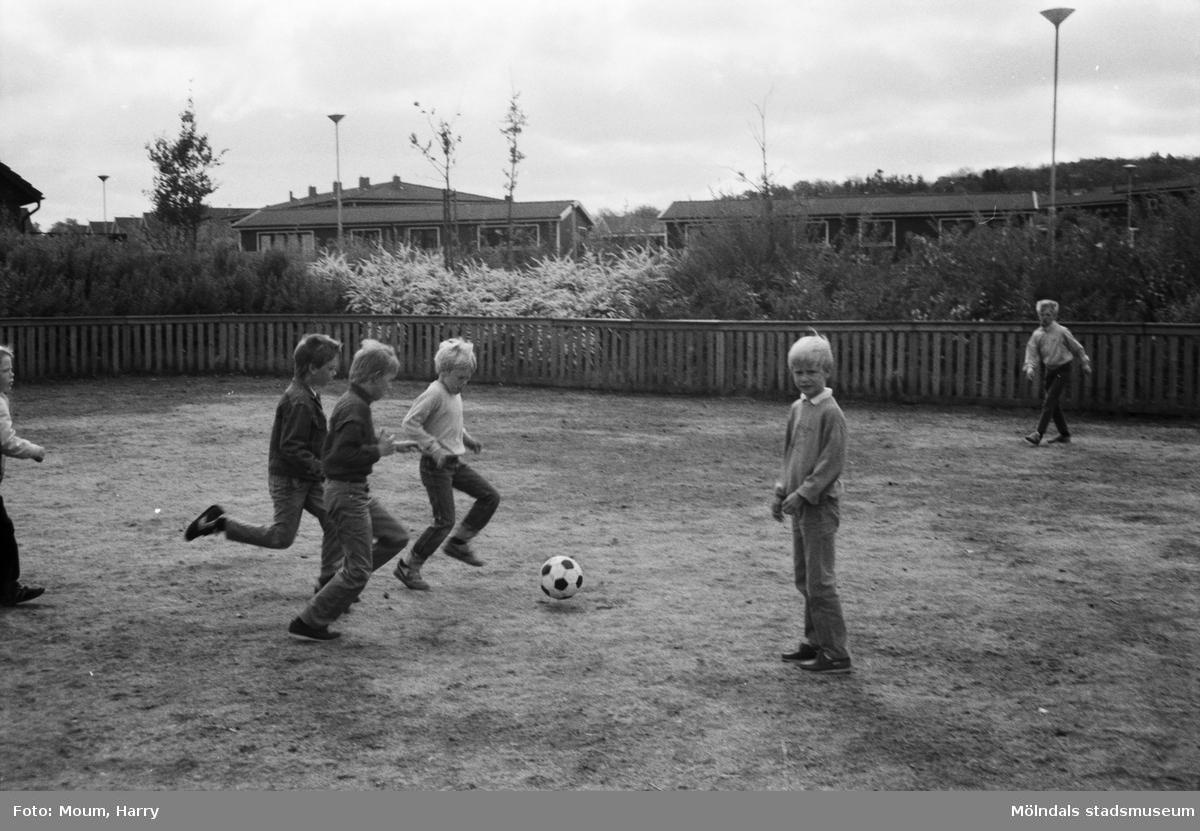 Skolans dag på Liveredsskolan i Kållered, år 1985.  För mer information om bilden se under tilläggsinformation.