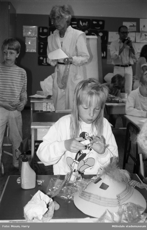 """Skolans dag på Liveredsskolan i Kållered, år 1985. """"En blivande modist(?), Carolina Elfstrand glömde både tid och rum medan skapelsen växte fram.""""  För mer information om bilden se under tilläggsinformation."""