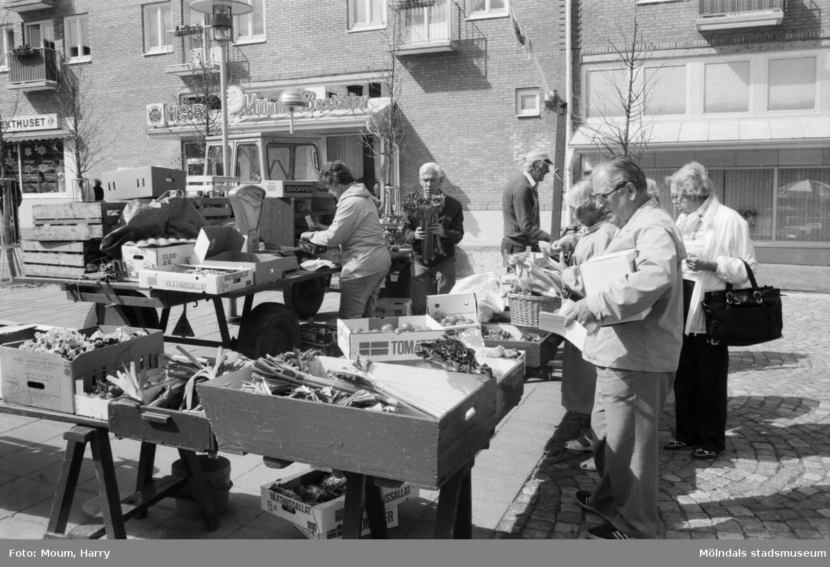 Torghandel på Mölndals Torg, år 1985. Fotografi taget av Harry Moum, HUM, Mölndals-Posten.