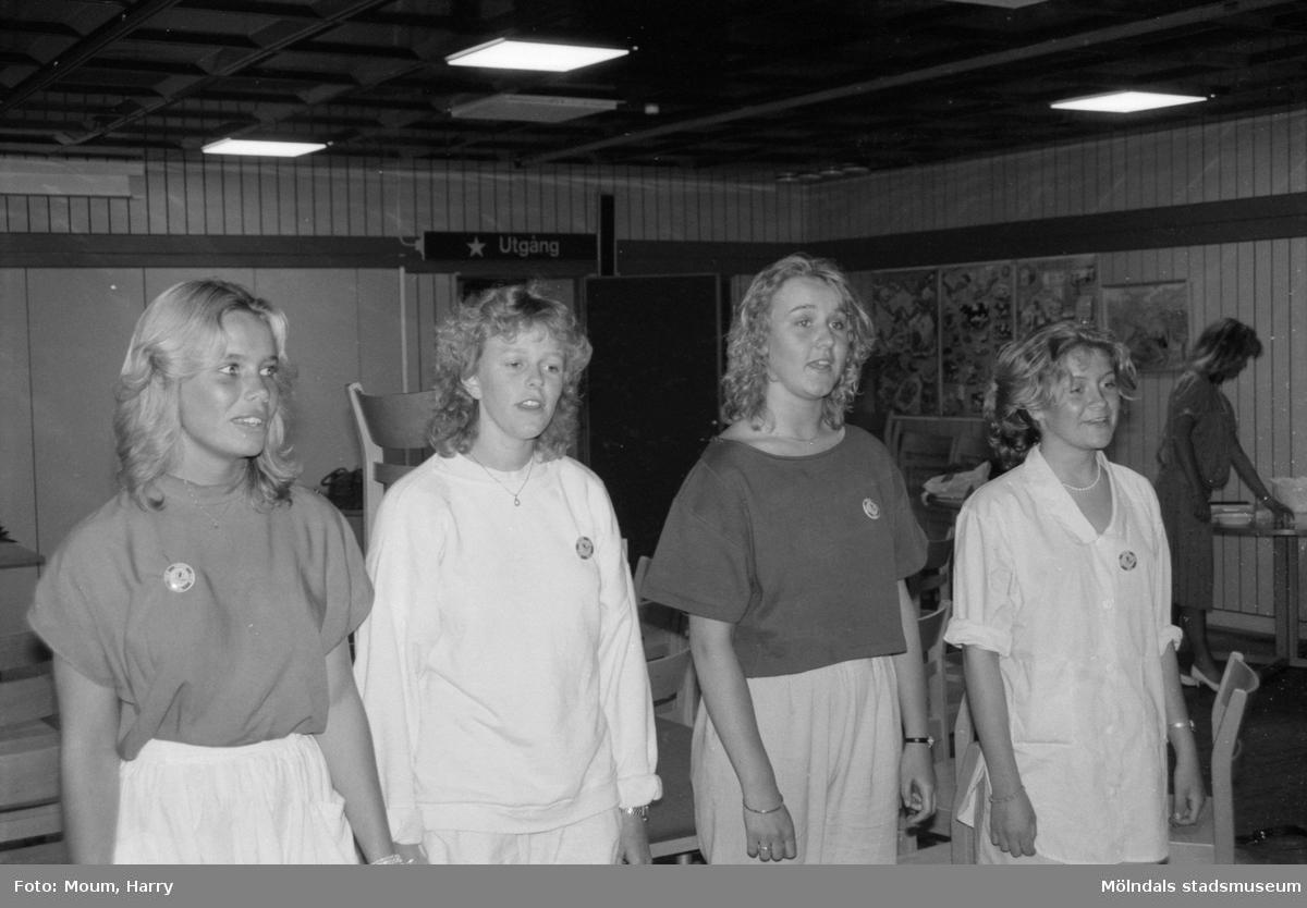 Indiskt besök på Ekenskolan, Kållered, år 1985. Kållereds lucia-trupp.  För mer information om bilden se under tilläggsinformation.