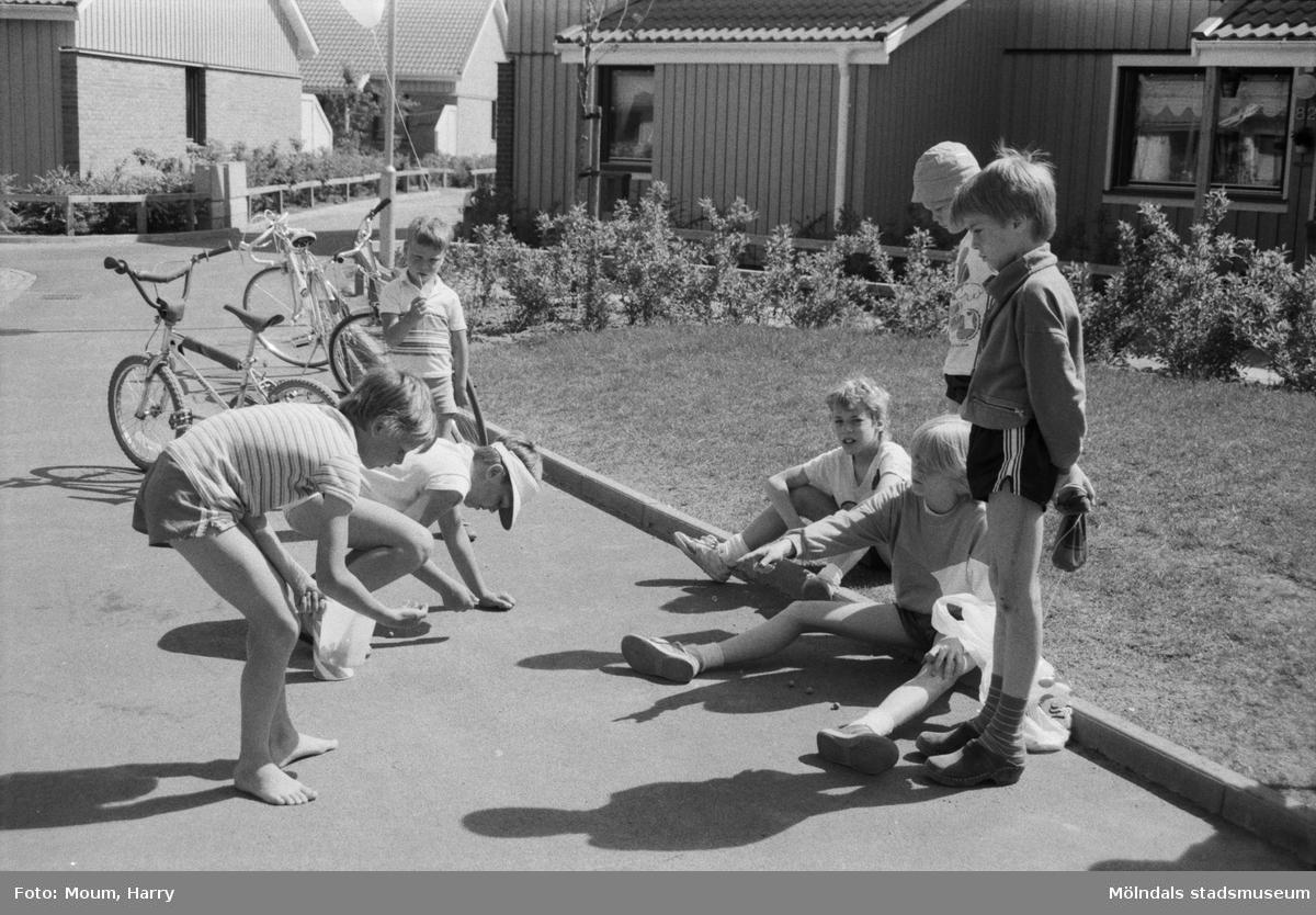 """Firande av Kyrkängens dag i Lindome, år 1985. """"Att spela kula är även populärt i Kyrkängen.""""  För mer information om bilden se under tilläggsinformation."""