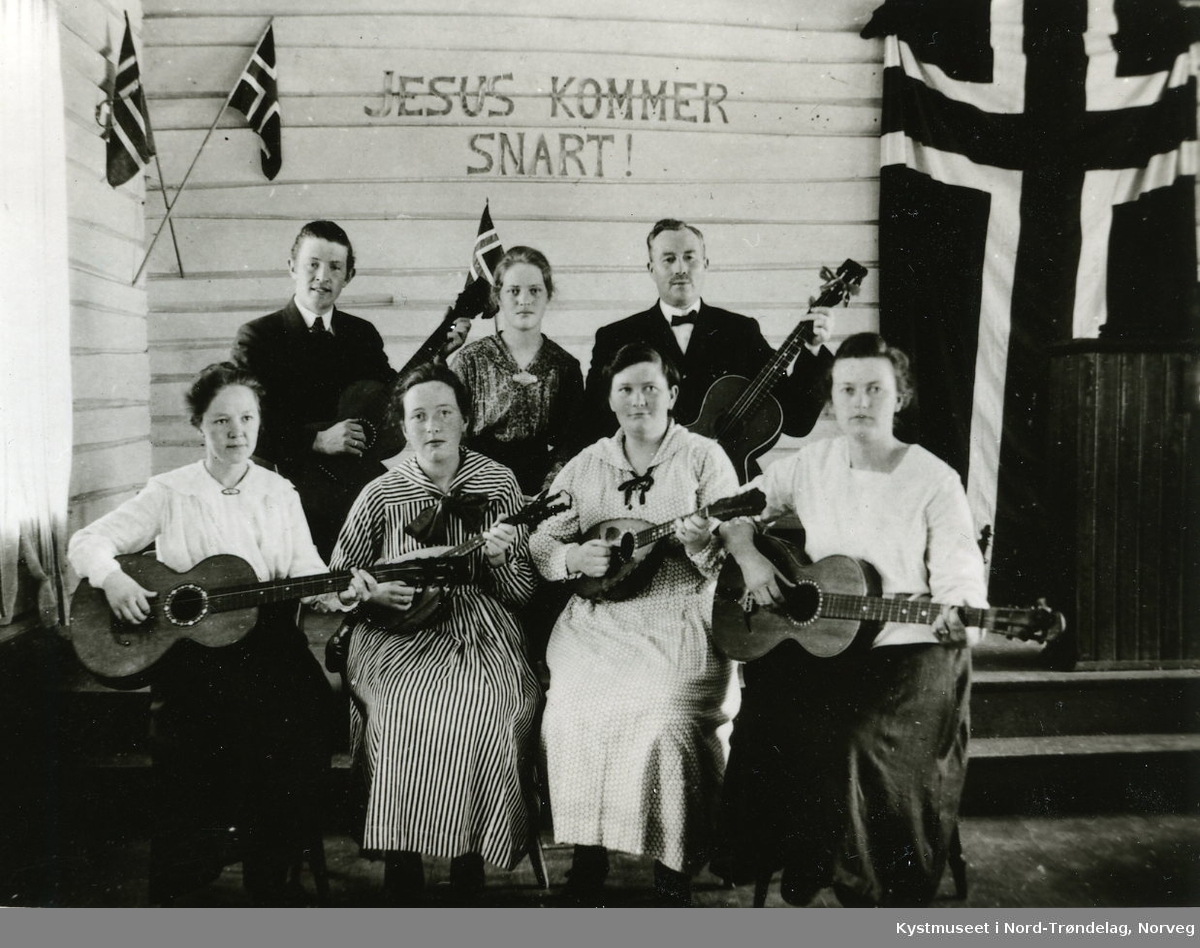 Rørvik? - Foran fra venstre nr 2: Judith og Aksa Jenssen, ellers ukjente musikanter fra Baptistmenigheten