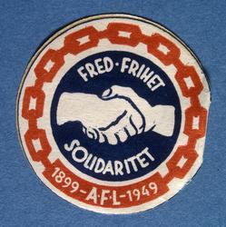 Arbeiderpartiets 1. mai-merke fra 1949, som.markerte Arbeide