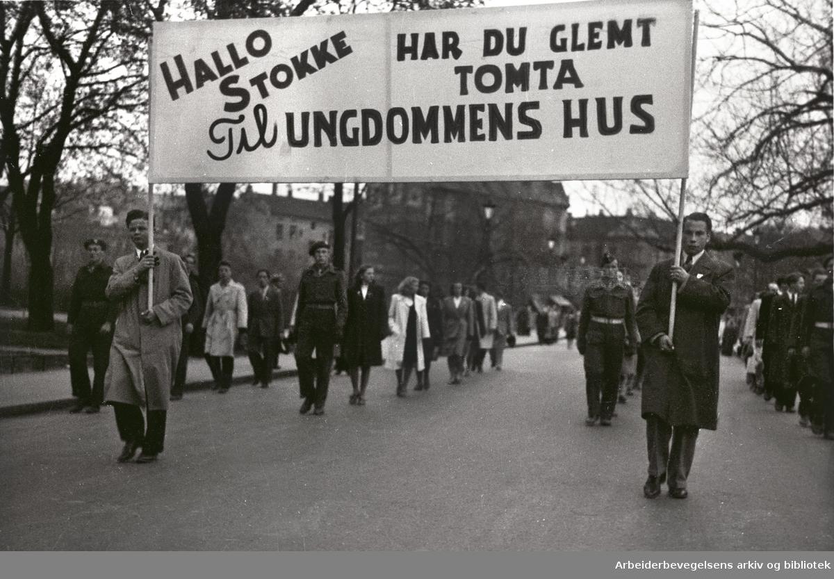 1. mai 1948, demonstrasjonstoget. Parole: Hallo Stokke. Har du glemt tomta til ungdommens hus.