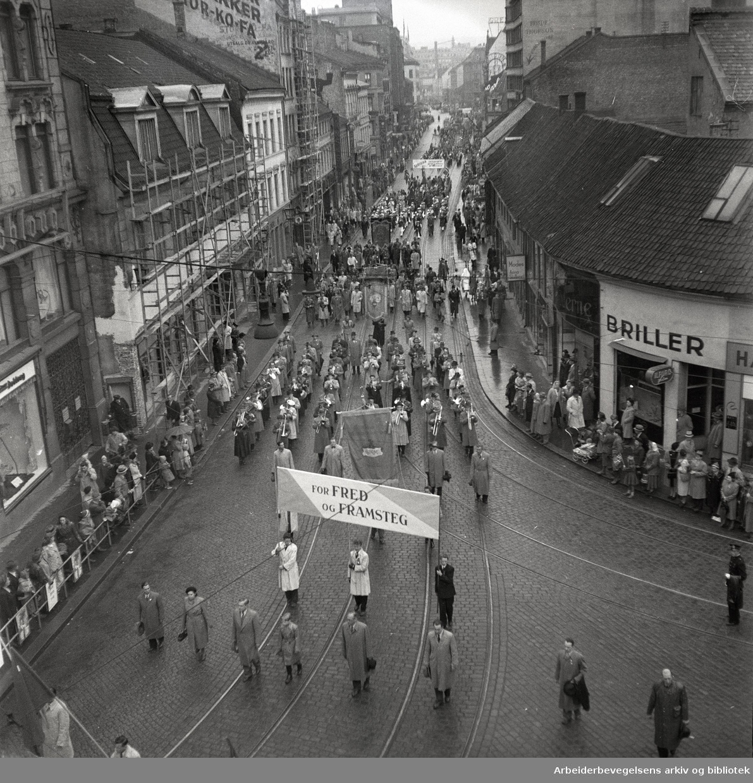 1. mai 1950, demonstrasjonstoget i Storgata. Parole: For fred og framsteg.