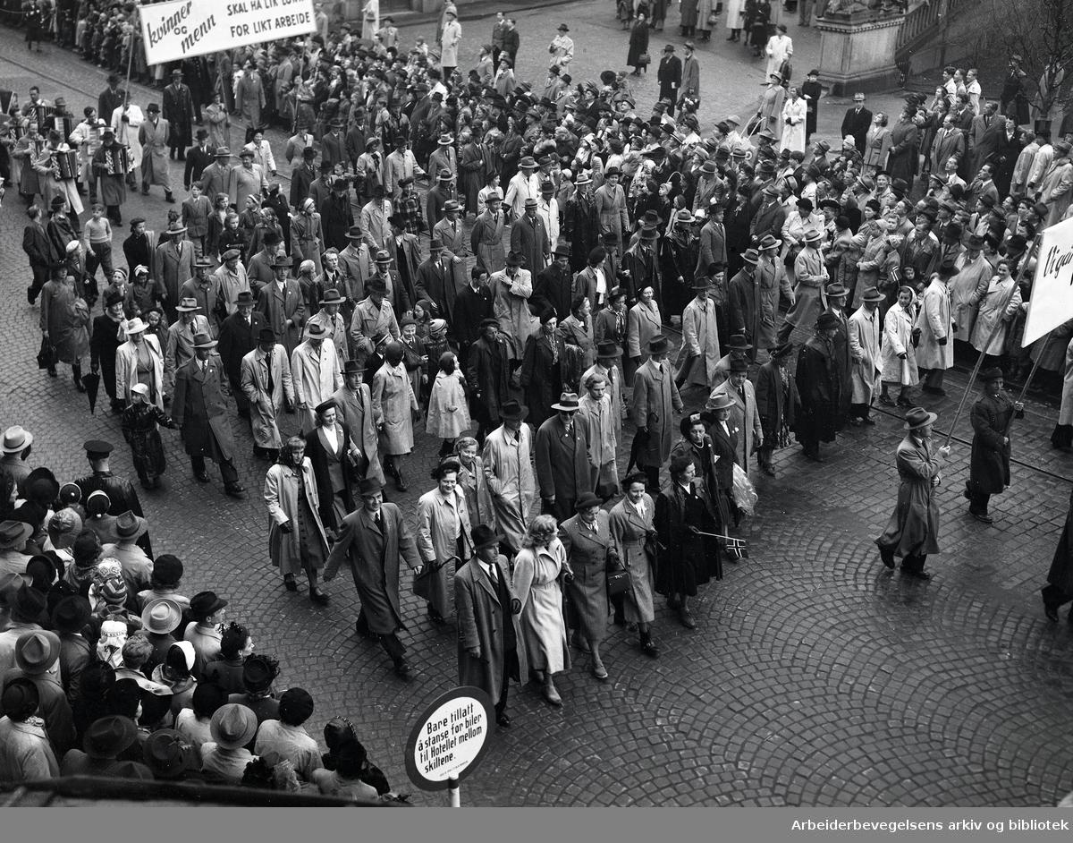1. mai 1950, demonstrasjonstoget. Parole: Kvinner og menn skal ha lik lønn for likt arbeide.