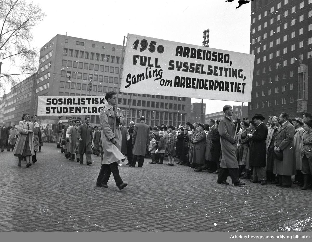 1. mai 1950, demonstrasjonstoget. Parole: Arbeidsro, sysselsetting. 1950 full samling om Arbeiderpartiet.Sosialistisk studentlag.