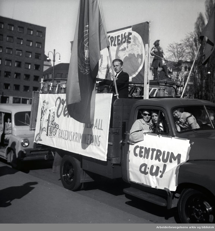 1. mai 1956 i Oslo..Parolet: Vekk med all rasediskriminering.Centrum AUL..