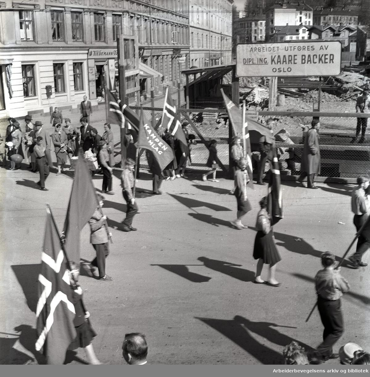 1. mai 1960 i Oslo. Framfylkingens tog ved Sørligate, Sørli plass. Kampen framlag.