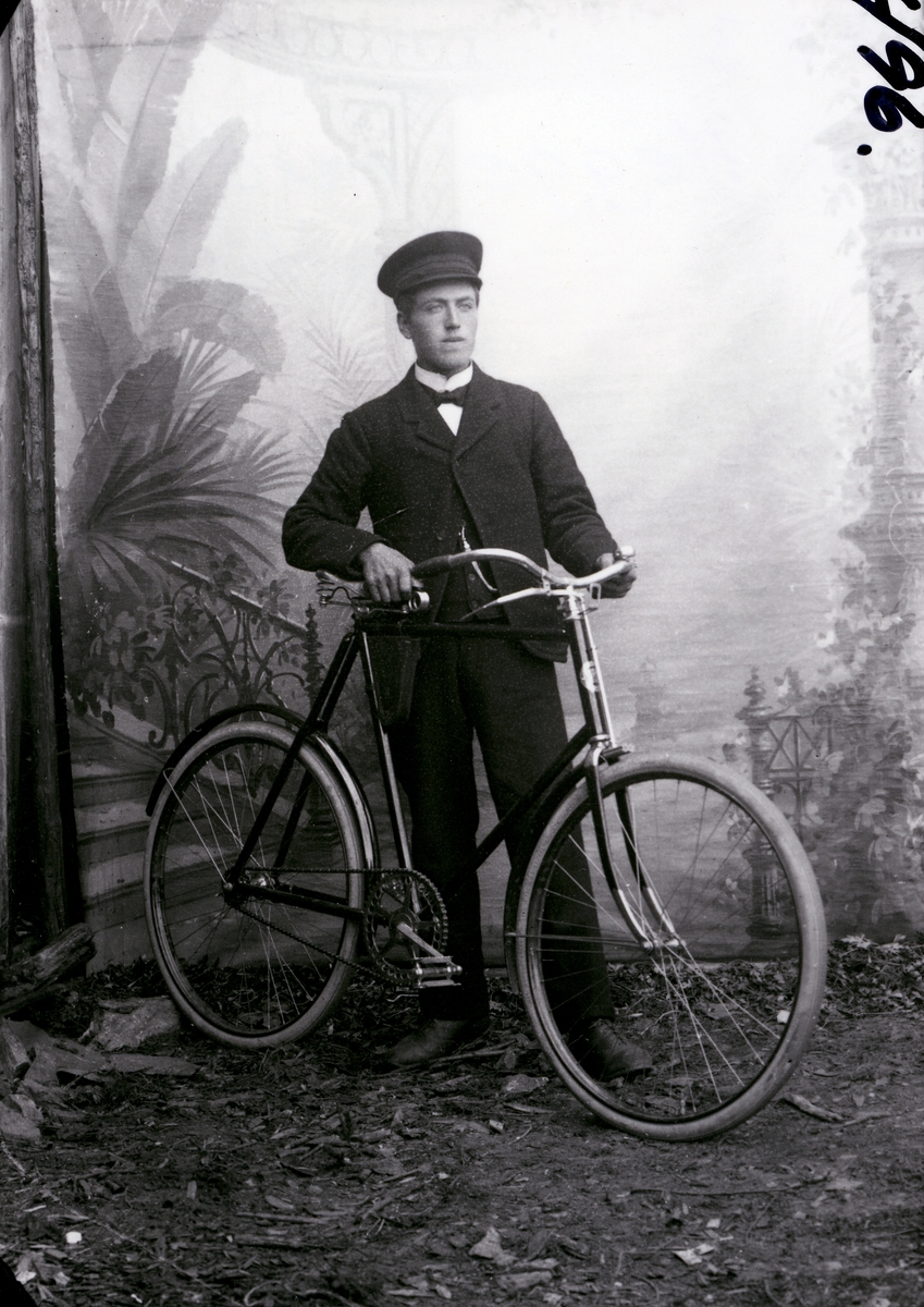 Ole O. Hegge stående foran lerret med en sykkel.