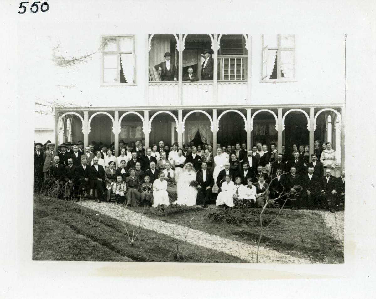 Bryllup i Vang i Valdres, 27.05.1917. Brudeparet er Gina Ellingbø og Gunnar Ødegård og bryllupsfesten var på Fagerli (Grindaheim)hotell. For navn på personer, se referanser
