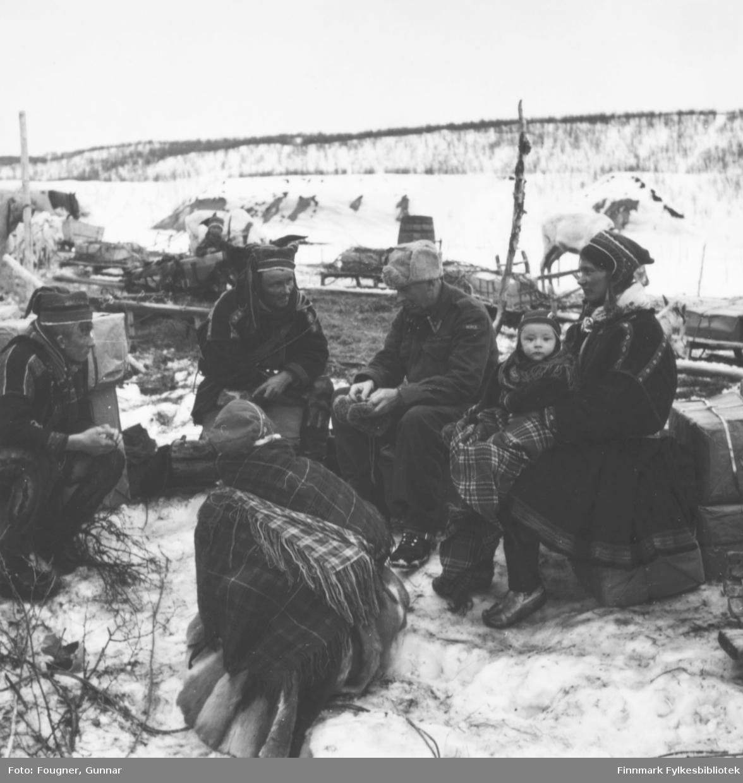 En norsk offiser i prat med en samefamilie fra Kautokeino.