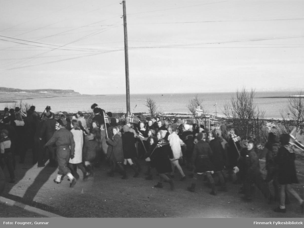 8.mai 1945 i Vadsø. En gruppe barn går i tog.