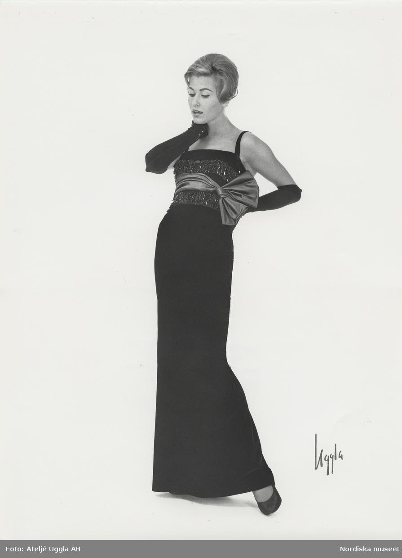 Modell i aftonklänning i svart sammet med garnityr. NK s Franska ... a17908eebad88