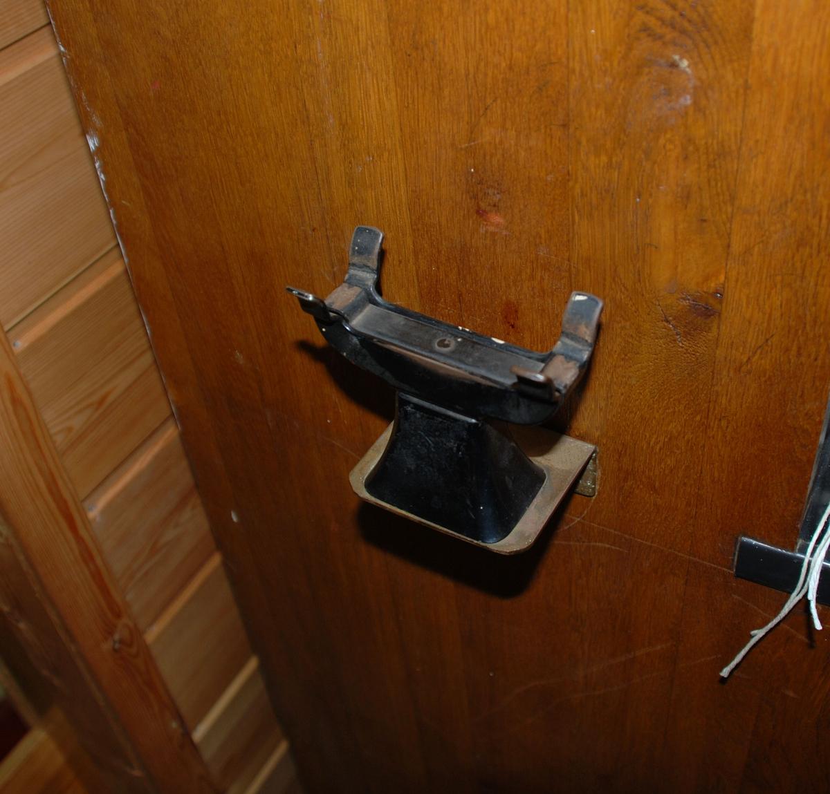 Sentralbord med koblingspanel der telefonsamtaler kobles ved hjelp av kabler med plugg. Står på gulvet og betjenes av en person. Kapasitet 40 linjer, for magnettelefon. 5 snorer med rød plast. 5 snorer med blå plast. 5 sorte pendler.