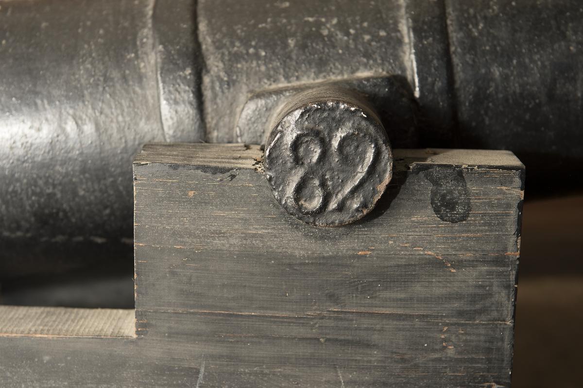 """3-pundig """"Nicka"""" m/Ehrensvärd av 77,5 kulors vikt, av gjutjärn. Kanonens gjut. nr 156. Märkt å ena tappen """"H"""" och å den andra """"82""""."""