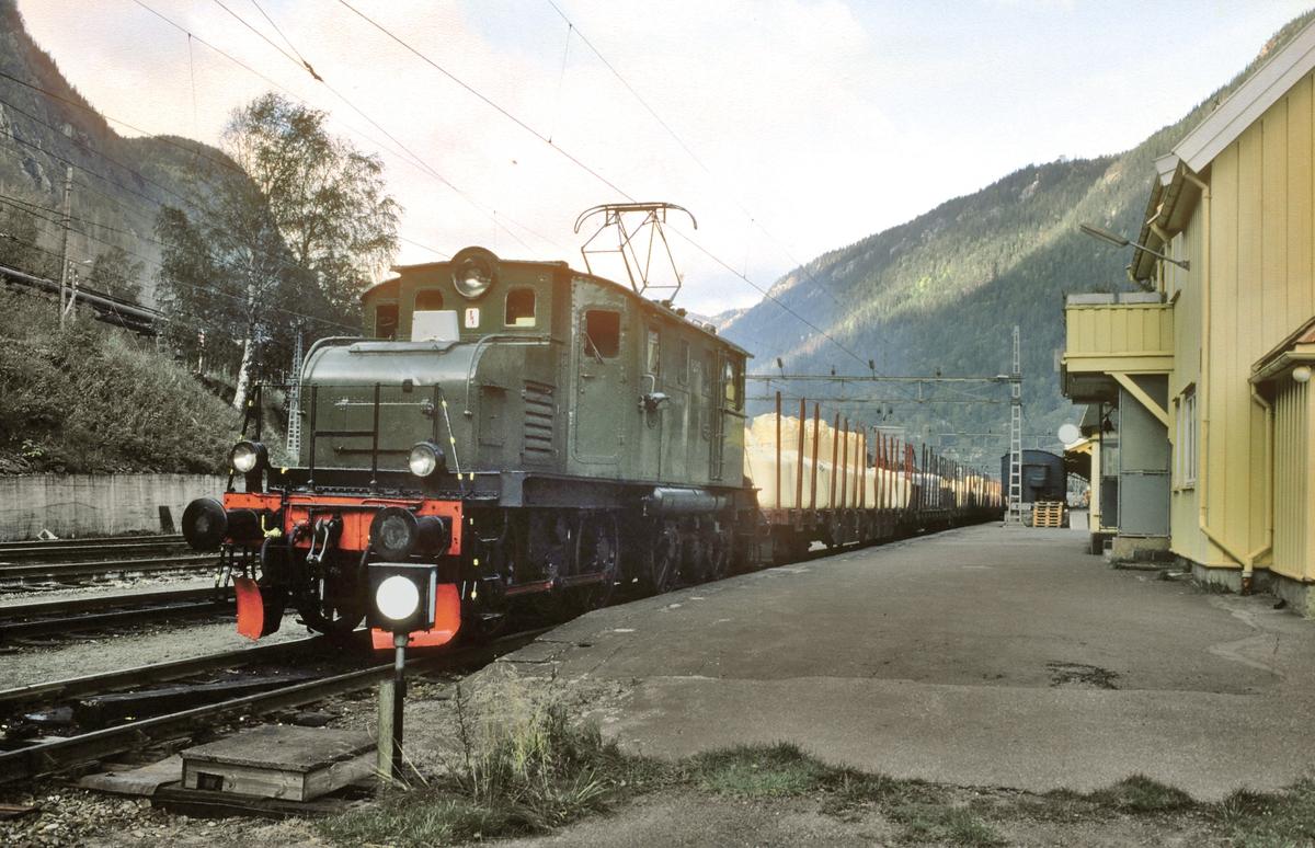 Godstog Rjukan - Mæl med elektrisk lokomotiv RjB 14 (El 1 2001) står klar til avgang på Rjukan stasjon. Norsk Hydro, Norsk Transportaktieselskap. Norsk Transport.