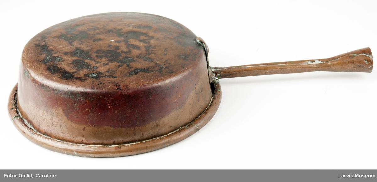 Form: rund, flat bunn/fortinnet innvendig/håndtak