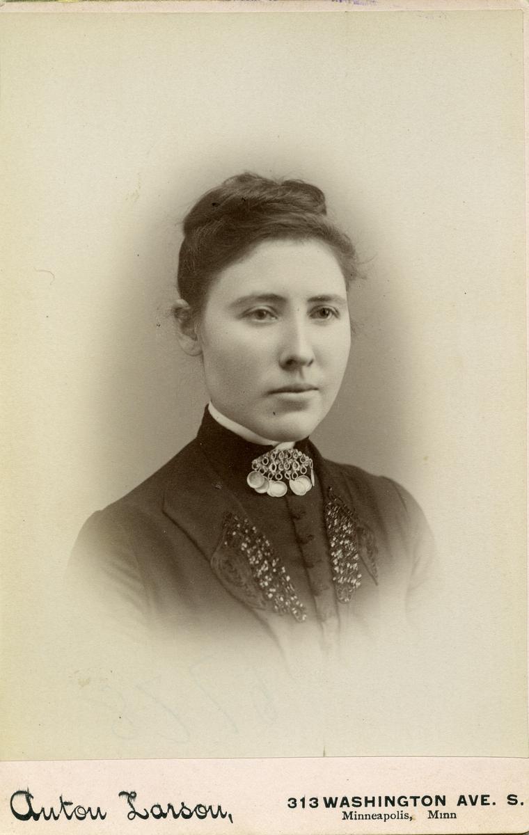 Portrett i halvfigur av Marit T. Kvale