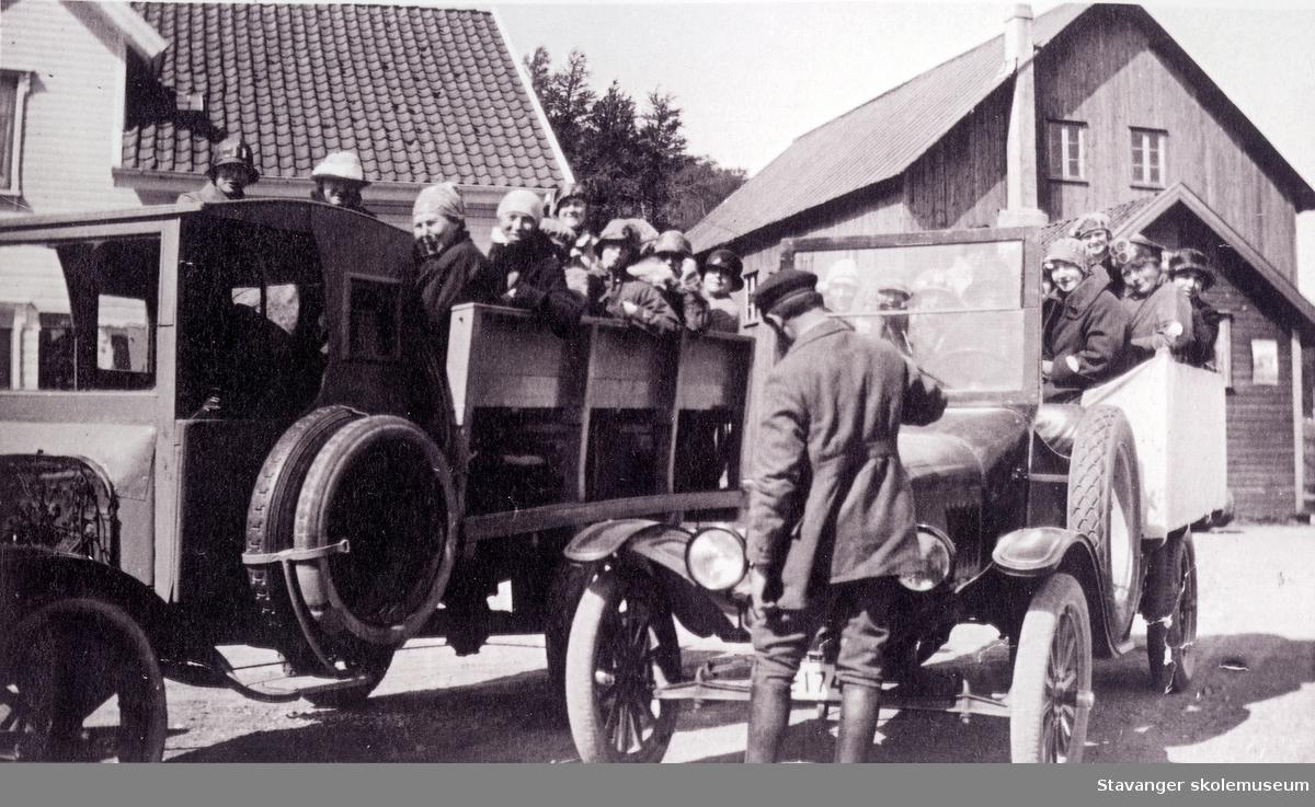Lærerpersonal fra Nylund skle på biltur. 1925