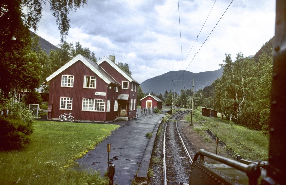 Rjukanbanen, Vestfjorddalen. Miland stasjon sett fra lokomotivet RjB 14 i godstog til Mæl. Norsk Hydro, Norsk Transportaktieselskap, Norsk Transport.