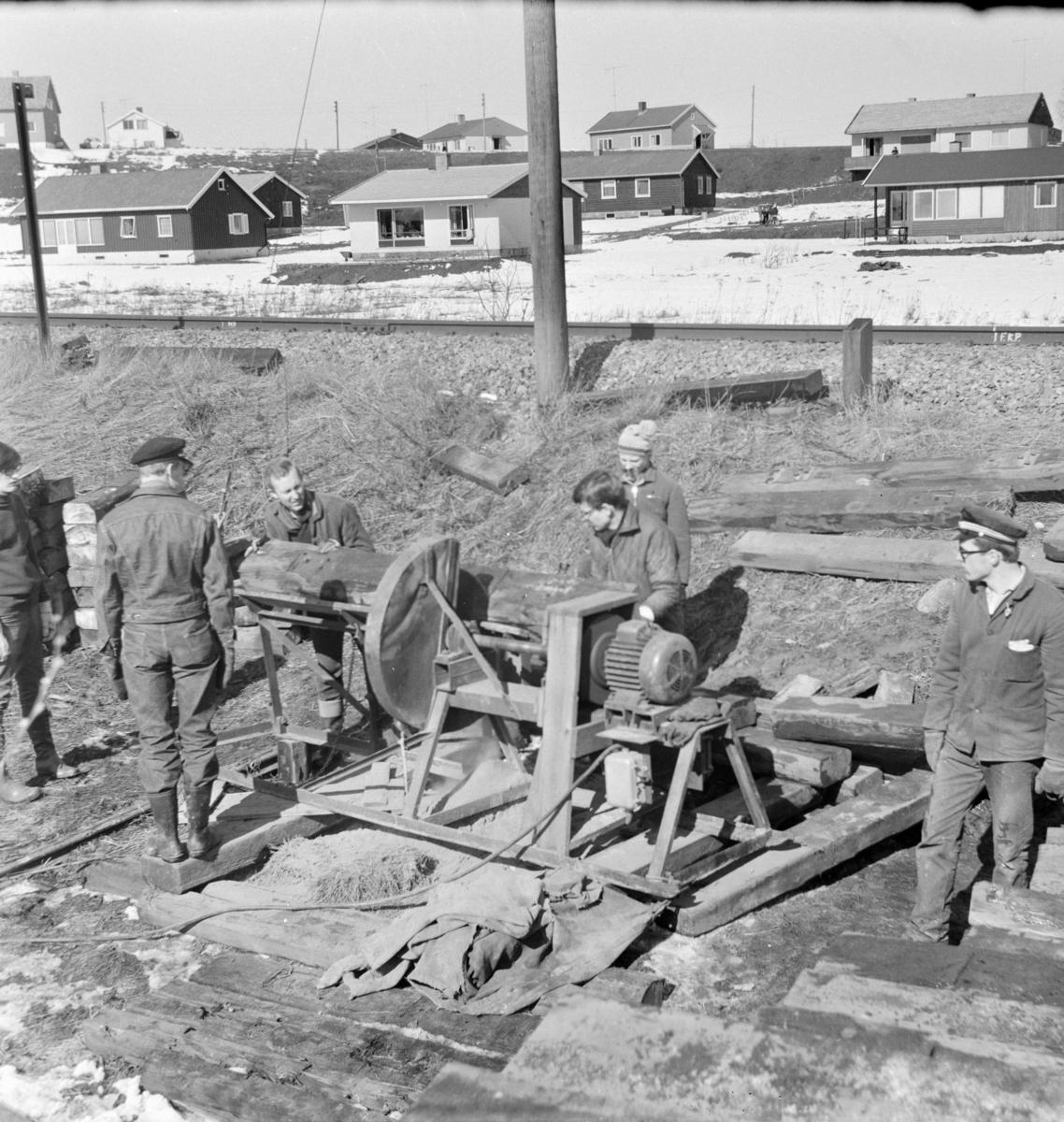 Kapping av normalsporsviller med kappsag, slik at de kunne benyttes på Urskog-Hølandsbanen.
