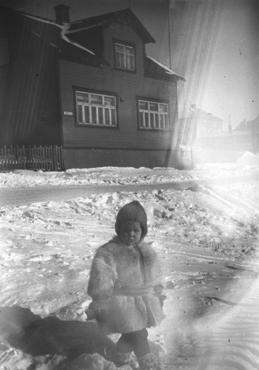 Øystein Hauge fotografert en vinterdag i Nyborgveien i Vadsø under krigen.