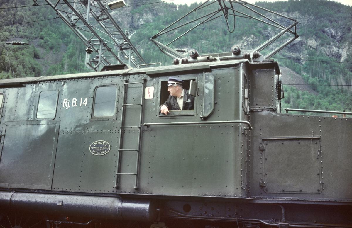 Lokomotivfører i arbeid på Rjukanbanens lokomotiv RjB 14 (NSB El 1 2001) under skifting på Rjukan stasjon. Norsk Hydro, Norsk Transportaktieselskap (Norsk Transport).