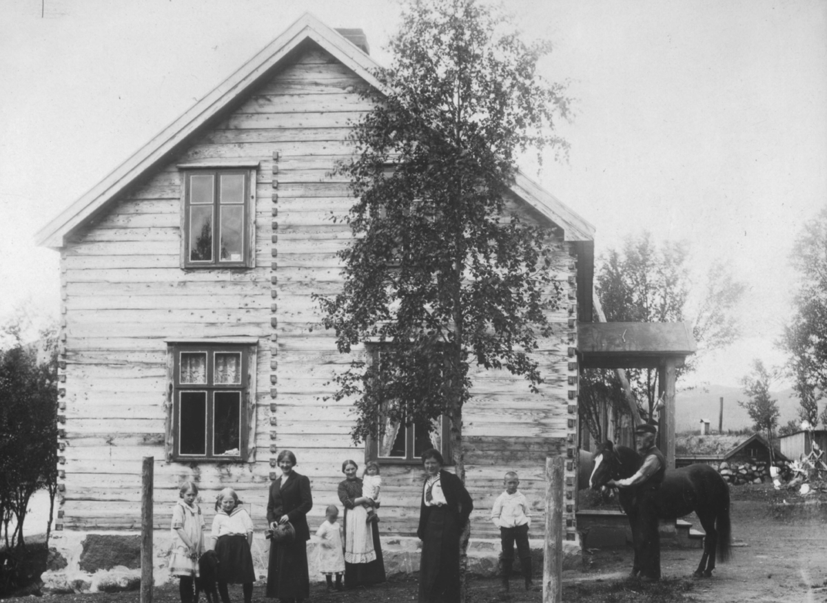 Anna Olsen med sine barn. Ved hsten Oluf Olsen. Jarfjord 1914.